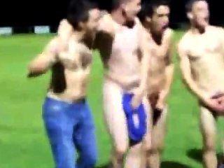 Time de rugby fica nu no campo depois de uma vitória para mostrar espírito de equipe