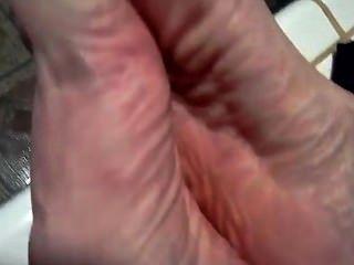 Chupando seus próprios dedos