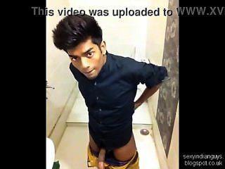 Jerks adolescentes indianos no banheiro
