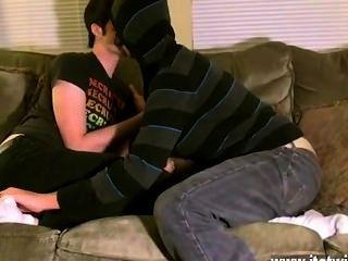 Quente cena gay aron parece muito feliz em entregar-lhe em sua única