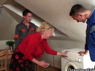 Velha viúva agrada dois homens de reparação