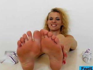 Quente blondie dá footjobs para brinquedo sexo