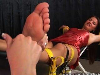 Cócegas torturadas com unhas compridas