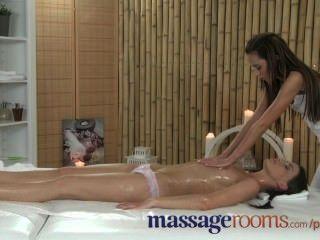 Salas de massagem divertido lesbian oleoso leva a gritos de alegria de tribbing ação