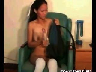 Menina asiática pequena bangs ela mesma com brinquedo do sexo