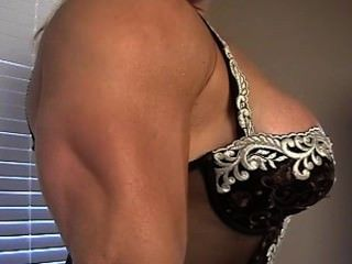 Boneca busty músculo deusa colette flexiona em renda
