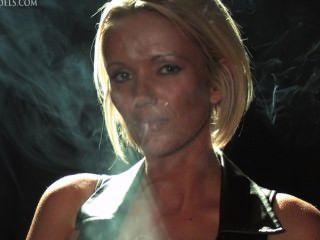 Lucy zara fumar fetiche em couro
