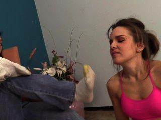 Claire vira brandi com suas meias fedorentas e pés