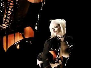Blonde russo executa um striptease de dança sexual, em lingerie preta.