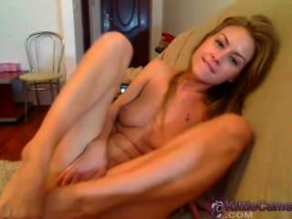Linda babe dedilhando seu bichano bonito na webcam