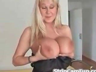 Loira madura com mamas grandes na webcam