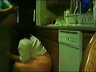 Dona de casa abrindo a perninha e levando pica não pé da pia da cozinha