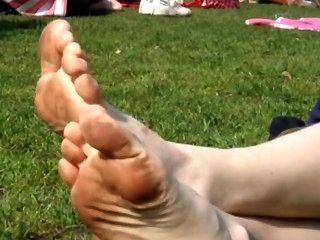 Lamber e limpar suas solas sujas no parque