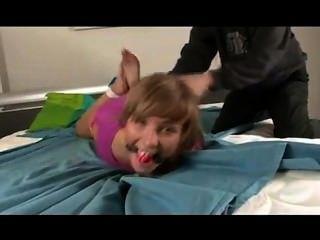 Hogtied linda garota fazendo cócegas