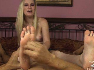 Amanda sacode enquanto você faz cócegas em seus pés