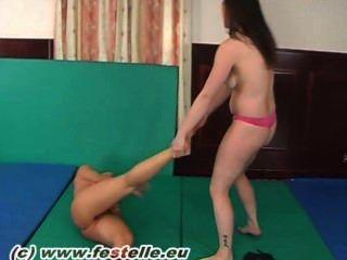 Lésbicas barefoot wrestling 4