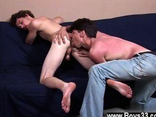 Gay do bobby está de volta no futon, junto com darren e hoje, eles