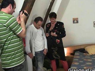 Photosession com a avó leva ao threesome
