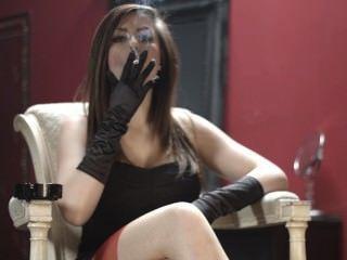 Charlotte fumar em luvas pretas e meias