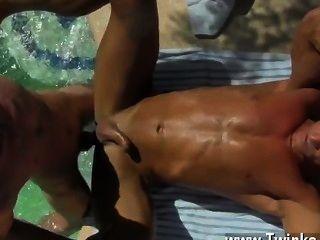Gay quente com os parafusos jism que gotejam para baixo sua parte traseira bronzeada, papai alex é