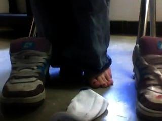 Sapatos e meias sob a mesa na escola