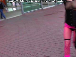 Pintainho em fishnets rosa fodendo no carro
