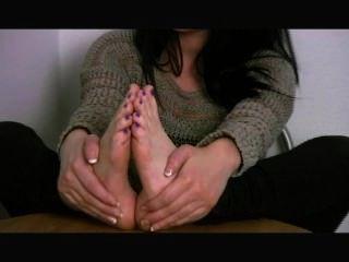 Dema emma mostra suas solas e suga seus próprios dedos