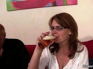 Mãe bêbada fica com sua boceta perfurada