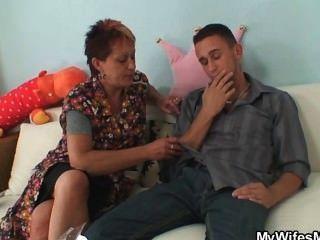 Ela pega ele fodendo sogra