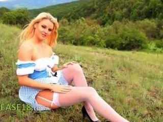 Fairhair babe teasing ao ar livre na floresta