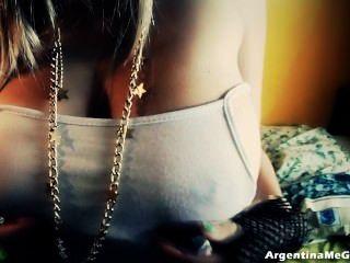 Mega naturais tits nesta adolescente latina loira!+ Cameltoe grande!