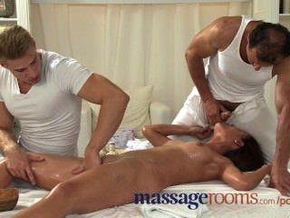 Salas de massagem jovem legal age adolescente leva duas grandes torneiras em uma massagem threesome