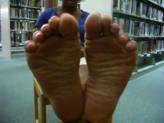 Solas de ébano na biblioteca