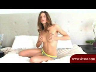 Cute little brunette está em sua webcam posando e esfregando sua fenda