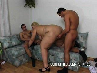 A menina gorda nutre um guy e seu amigo real bom