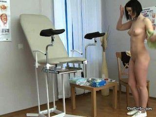 Morena rita se desnuda e se espalha pernas para exame médico