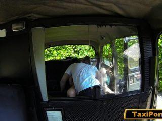 Mulher insatisfeita pega fucking motorista de táxi na câmera de segurança