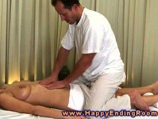 Modelo de massagem tesão agarra masseurs dick e coloca entre seus peitos