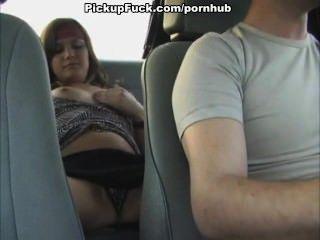 Garota se masturba em um táxi