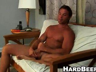 Para que ele possa cum este sexy buff stud é empurrando o seu grande galo fora