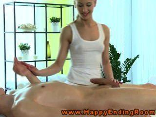 Massagista louro dando tugjob ao cliente