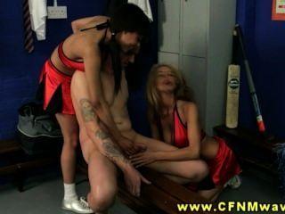Horny cfnm babes mantenha baixo gajo para chupar seu pau