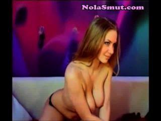 Stripper quente loura provocando a música na câmera