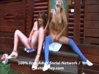 Lésbicas adolescentes quentes brincando com seus bichanos
