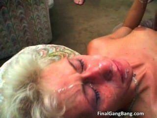 Sexy loura milf recebe seu último gangbang part2