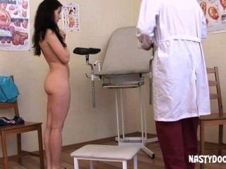 Cute adolescente recebe o seu bichano examinado