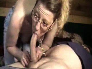 Selvagem esposa chupar o galo de seu marido