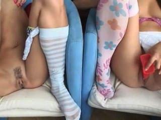 Dois cuties masturbating no sofá