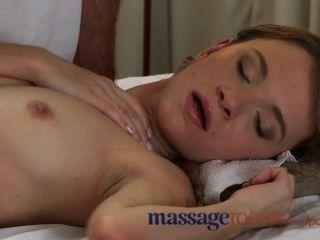 Salas de massagem tímido adolescente jovem dado orgasmo profundo por um grande galo