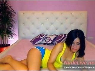 Muito horny e quente adolescente morena com top amarelo na webcam